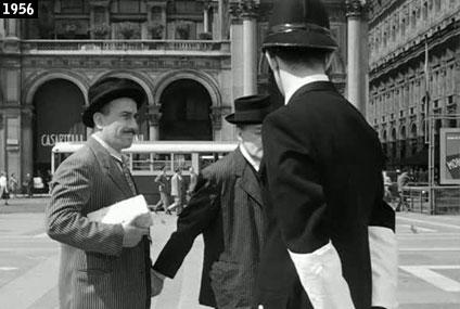 Totò, Peppino De Filippo e Franco Rimoldi (il ghisa) in Piazza del Duomo a Milano in una della più celebri scene di Totò, Peppino e la... malafemmina (www.davinotti.com)