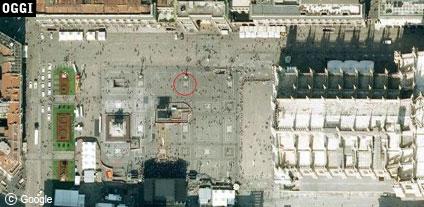 Indicato dal cerchio rosso, il punto di Piazza Duomo dove si trovavano Totò e Peppino nella celeberrima scena del Noio volevam savuar (www.davinotti.com)