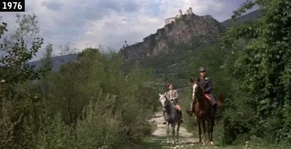 """Il monastero di Sabiona sullo sfondo di una scena de """"Il deserto dei Tartari"""" (www.davinotti.com)"""