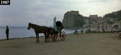 Scena de ''Un ragazzo di Calabria'' girata sulla spiaggia di Scilla: sullo sfondo si staglia il Castello Ruffo (www.davinotti.com)