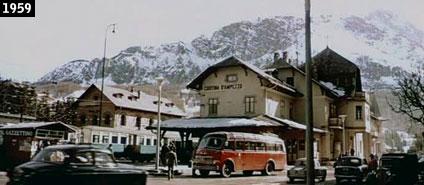 """L'ex stazione di Cortina d'Ampezzo come appare nel film """"Vacanze d'Inverno"""", quando la """"Ferrovia delle Dolomiti"""" era ancora in attività (www.davinotti.com)"""