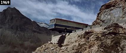 """Un'autobus in precario equilibrio sul precipizio: è una delle più spettacolari scene del film """"Un colpo all'italiana"""", girata lungo la strada del Colle del Nivolet  (www.davinotti.com)"""
