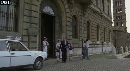 """Il campanile di Santa Maria in Cosmedin fa da sfondo ad una scena dello spassoso """"Bianco rosso e Verdone"""" (www.davinotti.com)"""