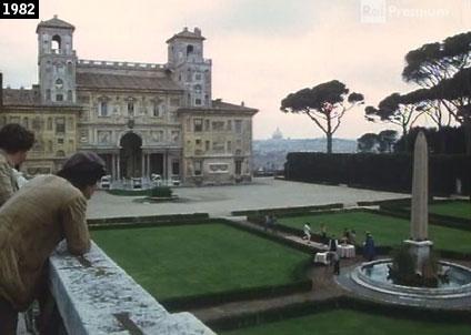 """La facciata interna di Villa Medici sullo sfondo di una scena de """"Il conte Tacchia"""" (www.davinotti.com)"""