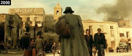 Scena di ''Malèna'' girata nella piazza della vecchia Poggioreale con alcuni fotoritocchi per celare le rovine del borgo danneggiato dal terremoto (www.davinotti.com)