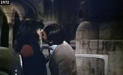"""Romantico bacio tra Stefania Sandrelli e Dustin Hoffman in una scena de """"Alfredo Alfredo"""" girata nel centro storico di Ascoli Piceno (www.davinotti.com)"""