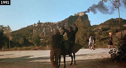 """Il forte di San Leo in fiamme: così appare nel film """"Hudson Hawk - Il mago del furto"""" (www.davinotti.com)"""