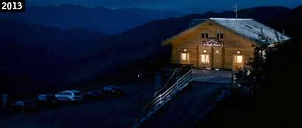 """Il rifugio del Colle del Lys in notturna nel film """"Aspirante vedovo"""" (www.davinotti.com)"""