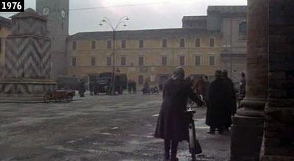 """Scena de """"L'Agnese va a morire"""" girata in Piazza della Libertà a Bagnacavallo (www.davinotti.com)"""