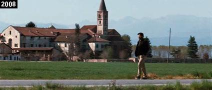 """L'abbazia di Staffarda campeggia sullo sfondo di una scena de """"L'uomo che ama"""" (www.davinotti.com)"""